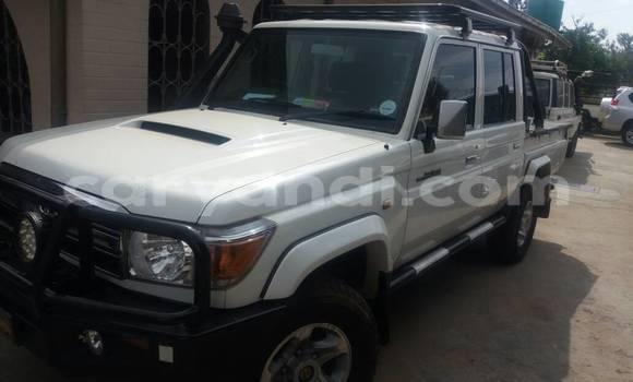 Buy Toyota Land Cruiser White Car in Lusaka in Zambia
